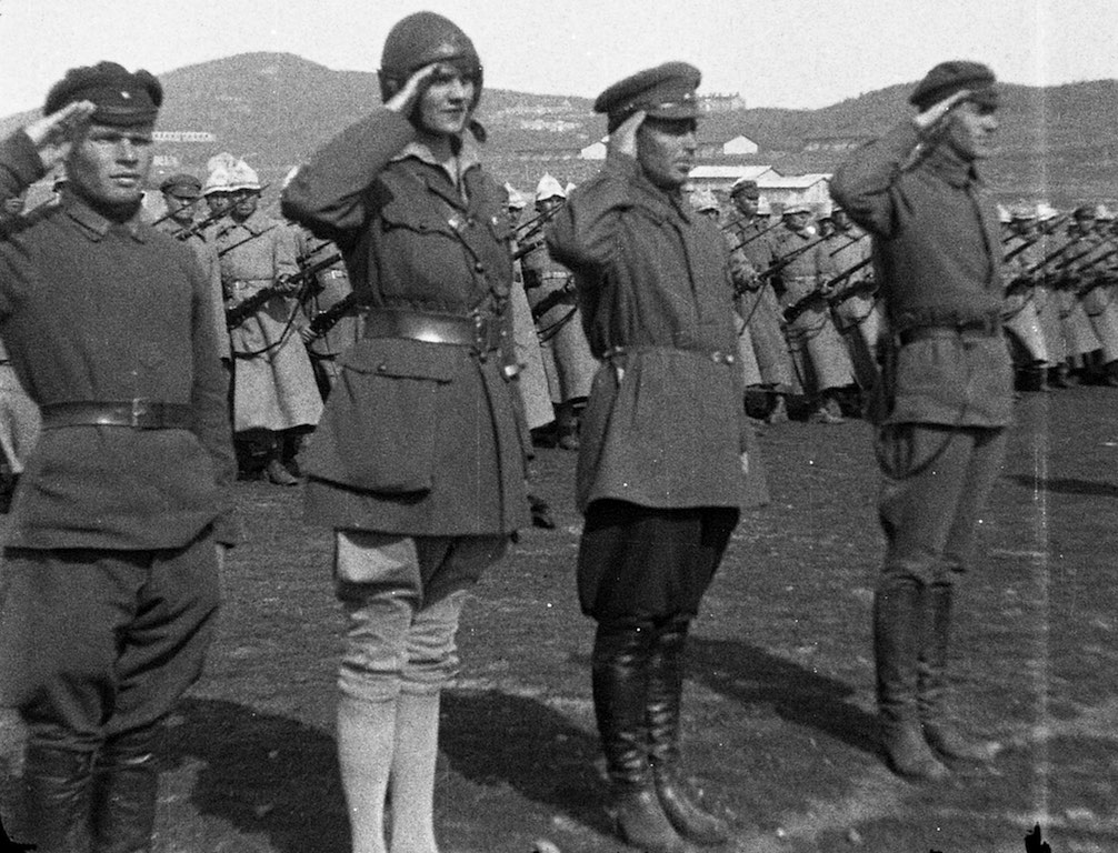Aloha Wanderwell with Soldiers Saluting